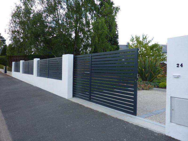 Mur de cloture contemporain for Portail jardin aluminium